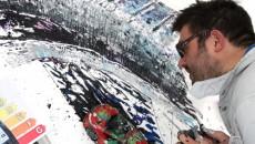 Brytyjski artysta Ian Cook, malujący przy pomocy opon i modeli samochodów zdalnie […]