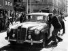 Mille Miglia, Brescia in Italien, 1. Mai 1955. Sieger in der Dieselklasse: Oberingenieur Helmut Retter (Daimler-Benz Vertreter in Innsbruck) mit Beifahrer Wolfgang Larcher auf Mercedes-Benz Typ 180 D (W 120), Startnummer 04, bei einem Kontrollpunkt.