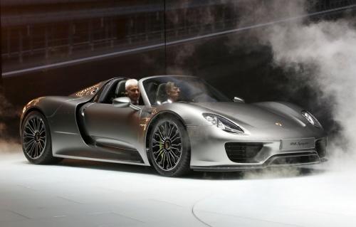 Matthias Müller, Vorsitzender des Vorstandes der Porsche AG, präsentiert den 918 Spyder auf der IAA