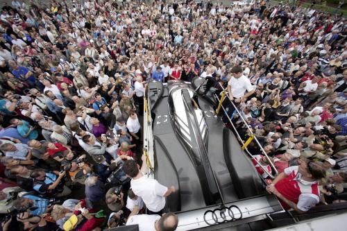 Audi praesentiert neuen R18 im Stadtverkehr von Le Mans