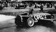 23 maja 1928 roku, godzina 10:00: futurystyczny samochód z bocznymi skrzydłami pędzi […]