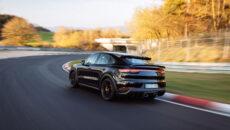 Kierowca testowy Porsche Lars Kern za kierownicą subtelnie zakamuflowanego, seryjnego egzemplarza nowego […]